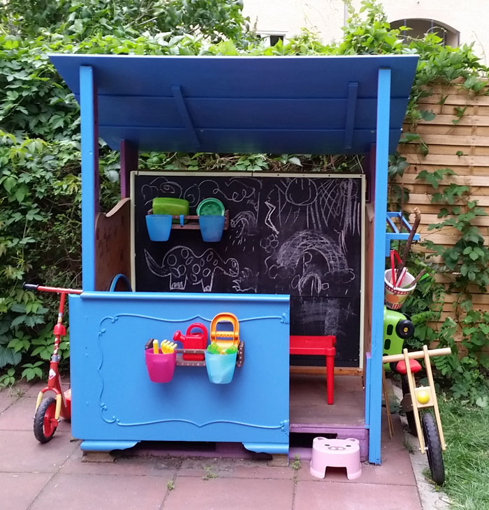 DIY scrap wood & pallet playhouse