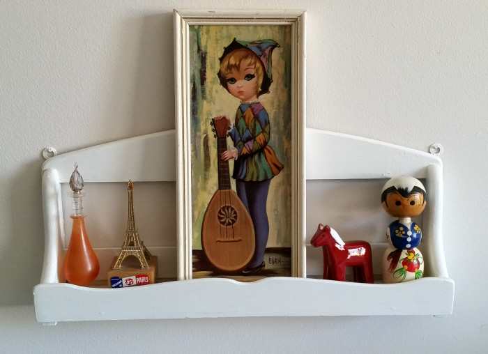 A very easy upcycled DIY knickknack shelf